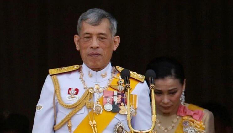 خبرنگاران پادشاه تایلند با 20 زن در هتلی مجلل در آلمان خود را قرنطینه کرد