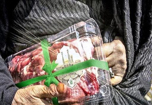دانشجویان علوم پزشکی قم به توزیع گوشت قربانی در بین نیازمندان می پردازند